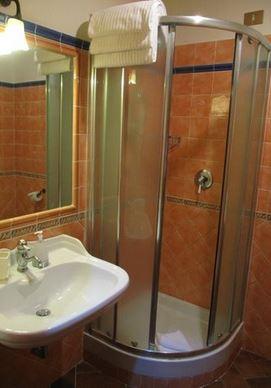 душевая кабина в маленькой ванной комнате №1 фото