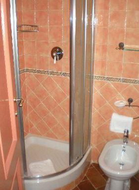 душевая кабина в маленькой ванной комнате - №2 фото