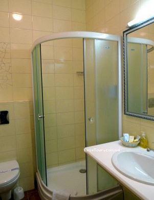 душевая кабина в маленькой ванной комнате - №6 фото