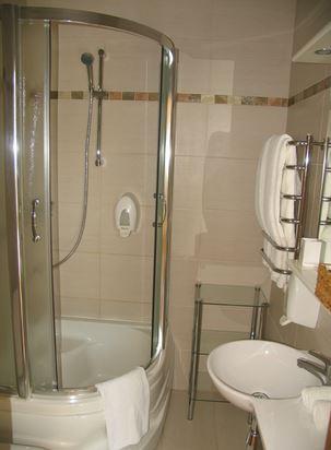 душевая кабина в маленькой ванной комнате - №7 фото
