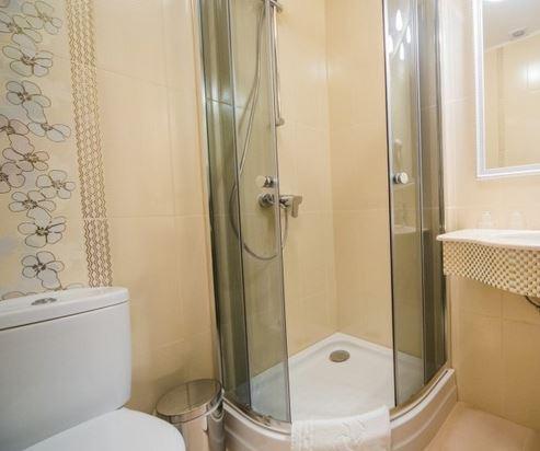 душевая кабина в маленькой ванной комнате - №8 фото
