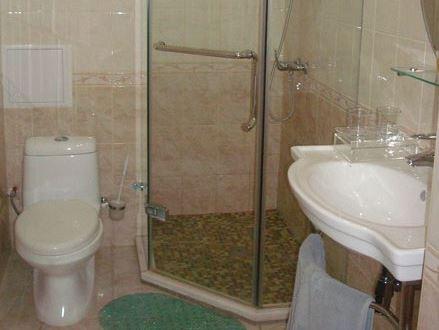 душевая кабина в маленькой ванной комнате - №9 фото